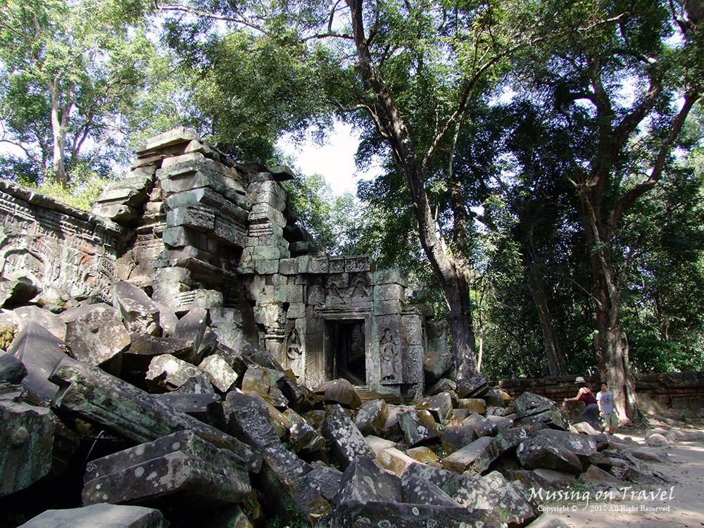캄보디아 따 프롬의 무너진 유적
